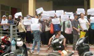 1000 người dân thuộc các quận, huyện khác nhau của Hà Nội, và tỉnh Hưng Yên đổ về trụ sở tiếp dân của Đảng, nhà nước và quốc hội tại Hà Nội để