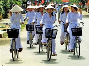 Nữ sinh trong những chiếc áo dài trắng. ảnh minh họa AFP