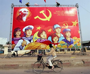 Biểu ngữ trên đường phố Hà Nội