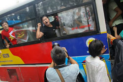 Chị Bùi Minh Hằng (áo đen) cùng những người biểu tình chống TQ sáng 21-08-2011 tại Hà Nội dù bị bắt đưa lên xe buýt vẫn tiếp tục biểu tình phản đối TQ. Courtesy Danlambao.