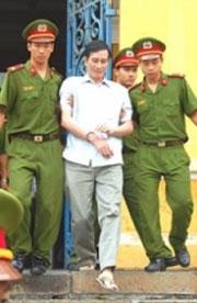 Anh Nguyễn Văn Hải được công an đưa về trại giam.