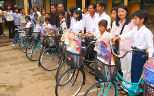 Chương trình phát xe đạp cho các em học sinh nghèo của I Can. Source I Can.org