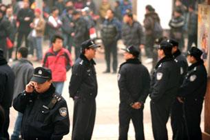 Công an Trung Quốc xuất hiện khắp nơi trên đường phố Bắc Kinh và nhiều thành phố lớn khác.