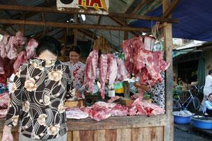 Một quầy bán thịt heo ở chợ Saigon