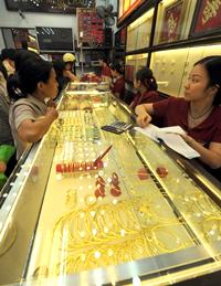 Cửa hàng bán vàng bạc nữ trang. AFP