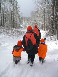 雪の中、みんなでハイキング。19F の極寒だけど、NHでは極寒の領域に入らないらしい。。。