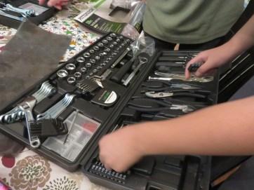 息子たちが誕生日でもらった大人サイズの工具セット。今日はさっそく長男が壊れた電子レンジを解体しておりました。