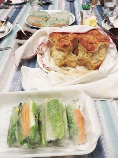 元旦は近くに住む親戚が手作りパンとバターとハムを持って来てくれました。手前は私は作ったテキトー生春巻き。
