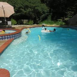 ヴァージニア州にある親戚の家でのプールパーティー。プールもないと、37℃も超える暑さはこたえますね。