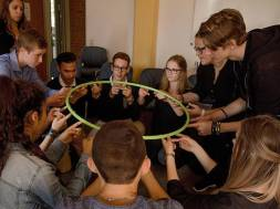 Schülerinnen und Schüler bei einer Teamübunga