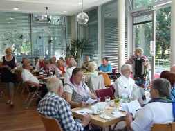 PM_Schlager-Nachmittag-Ulla-Badelt-und-Publikum