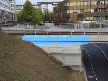 01400 57.279 Am Brückenbauwerk der Ost-West-Spange sind schon die ersten Motive zu erkennen.(P000558016)