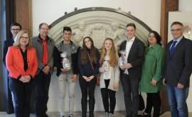 01400 57.339 Gruppenfoto Besuch Rau-Stipendiaten Gesamtschule im Rathaus 2017(P000564663)