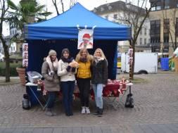 Schülerinnen des BK Siegburg auf dem Siegburger Weihnachtsmarkt