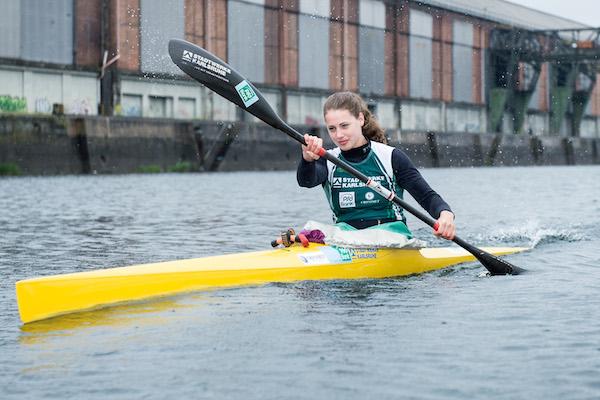 Kimberley SCHENK / Aktion im Boot auf dem Wasser. Fotoshooting Rennmannschaft Rheinbrueder Karlsruhe, 01.05.2015 --