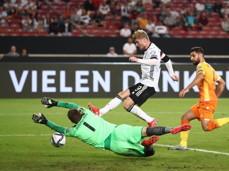 Aus politischen gründen waren folgende paarungen ausgeschlossen: Fussball Deutschland Schlagt Armenien 6 0 Wm Qualifikation Die Rheinpfalz