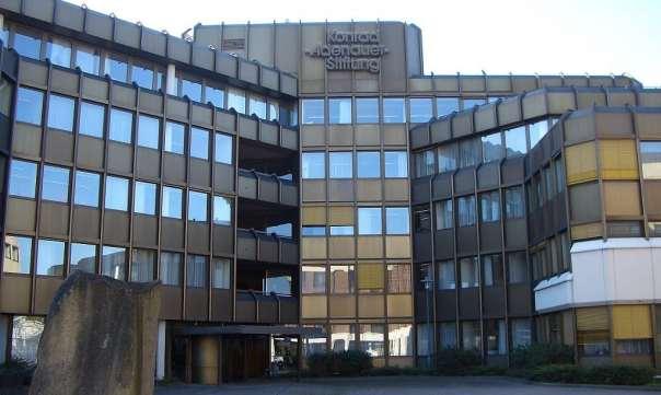 Die Zentrale der Konrad-Adenauer-Stiftung in St. Augustin bei Bonn (Bild: Stefan Knauf / wikipedia)
