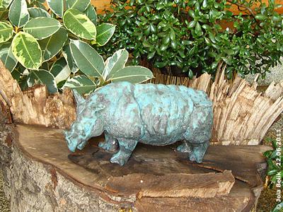 Nashornskulptur aus Stein (?) im Besucherbereich des Nashornhauses, Tiergarten Nürnberg, 22. Juni2011