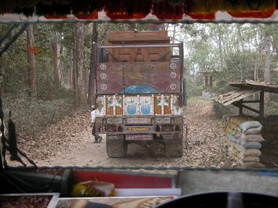 Beim Abtransport in Nepal, März 2006 (Foto: Helmut Ulzer)