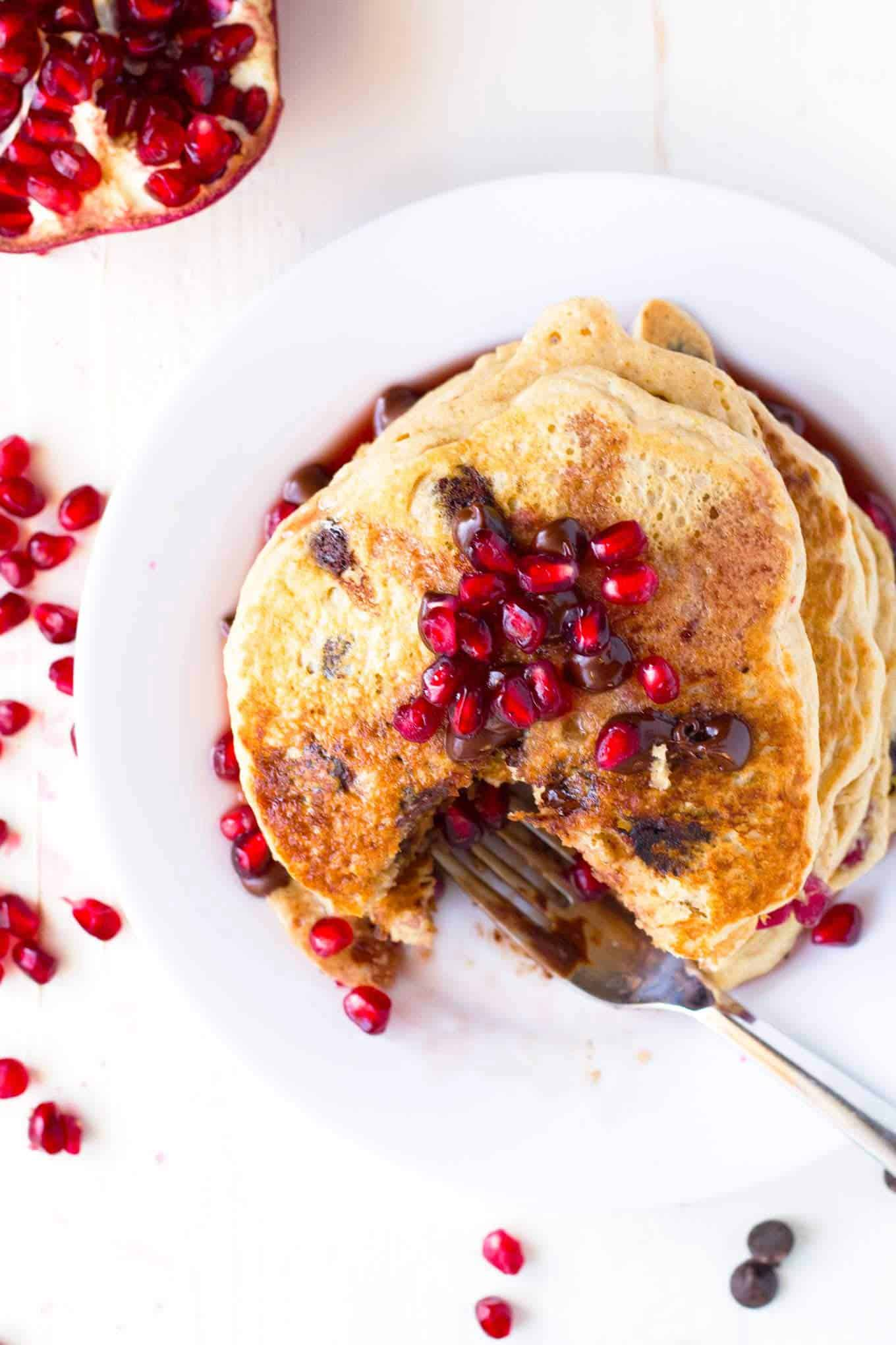 Vegan pomegranate pancakes + 15 Farmers market recipes to make in December! Delicious, autumn, winter, and holiday recipes made with fresh, seasonal produce from your local farmers market or CSA bin. Eat local!