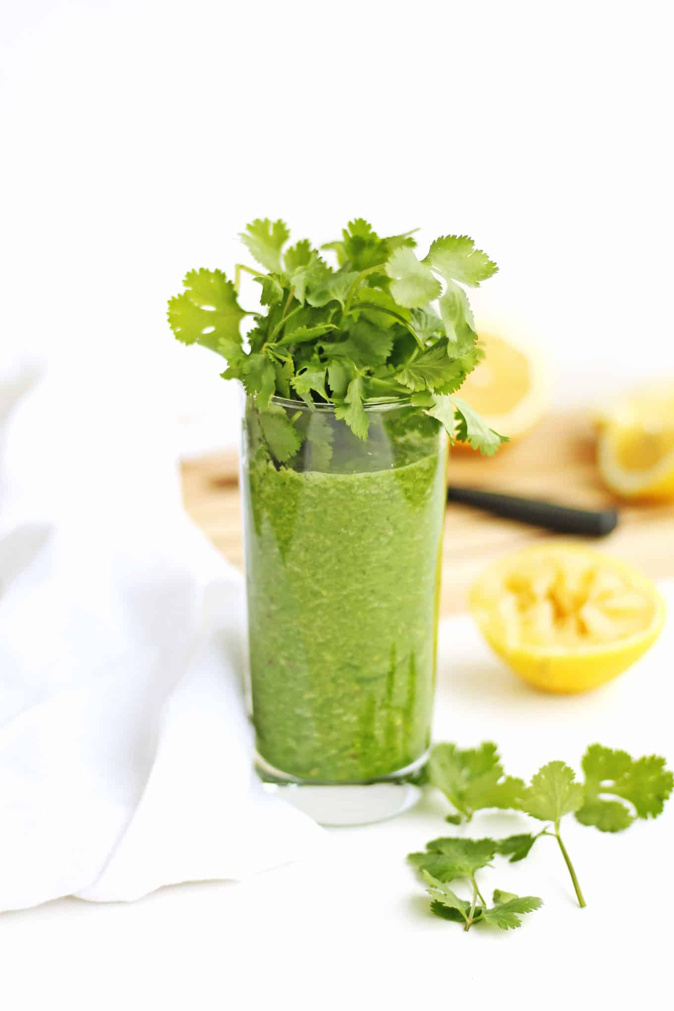 Glowing green detox smoothie recipe! // Rhubarbarians // Green smoothie / Heavy metal detox / Alkalizing smoothie / Cleansing / Antiaging / Superfood / #greensmoothie #detox #heavymetaldetox #antiaging #superfood #vegan #weightloss
