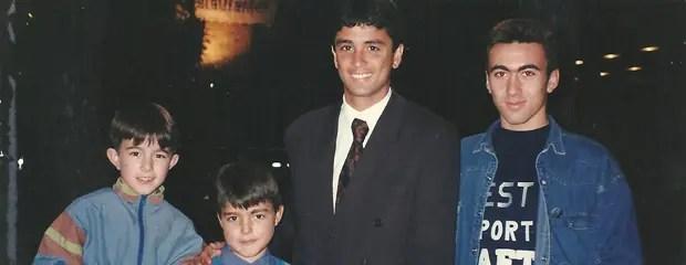 Junto a Bebeto, Alejandro y Julián Méndez de pequeños. A la derecha, su hermano Víctor.