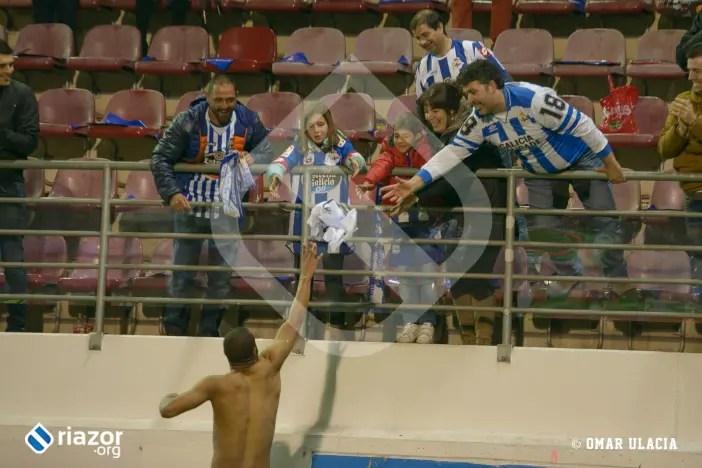 Sidnei entrega su camiseta al público desplazado || Foto: Umar Ulacia