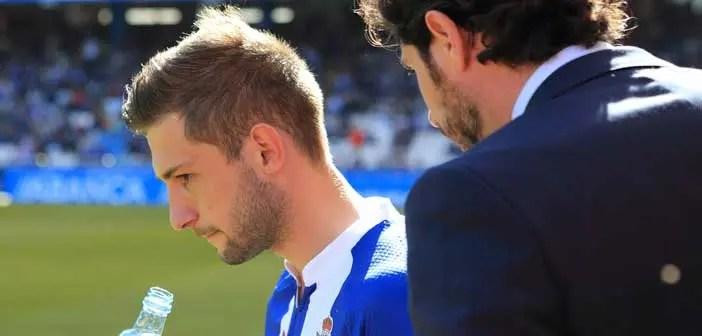 Fede, el jugador más incisivo del Dépor, recibe órdenes de Víctor Sánchez del Amo || Foto: Fernando Fernández