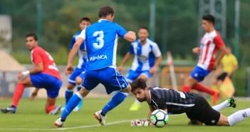 Fernando Navarro regate al portero en el Cerceda - Deportivo de pretemporada