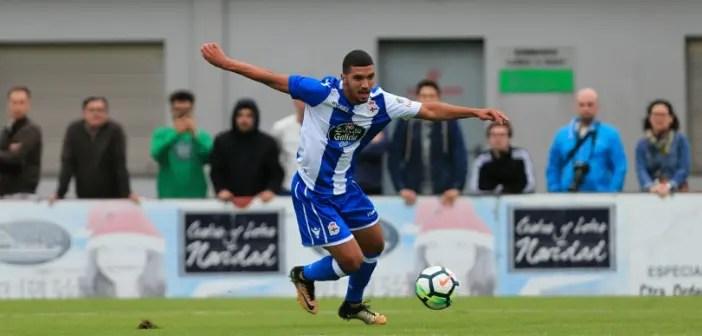 Zakaria Bakkali con el balón en el Cerceda - Deportivo de pretemporada