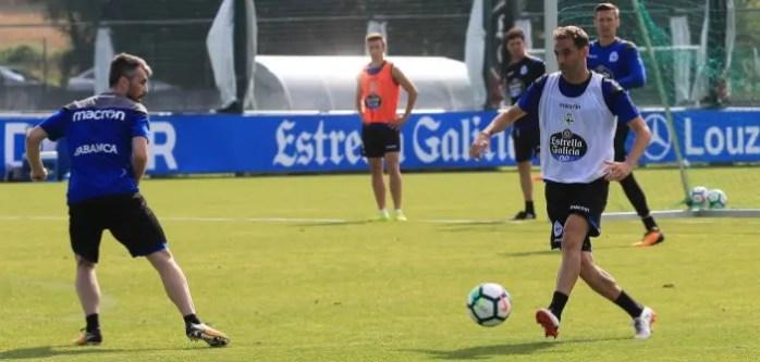 Fernando Navarro pasando en entrenamiento del 18 de julio en Abegondo