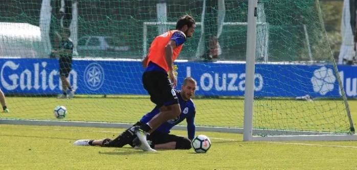 Rubén Martínez bloqueando el paso a Celso Borges en entreno Deportivo