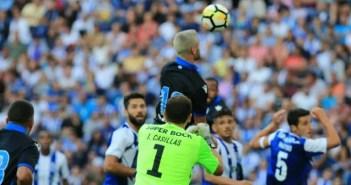 Florin Andone intentando rematar en el FC Porto vs Deportivo