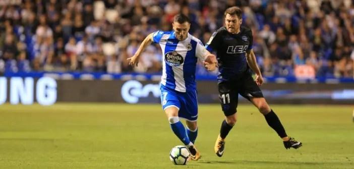 Lucas Pérez en una jugada del Deportivo - Alavés.
