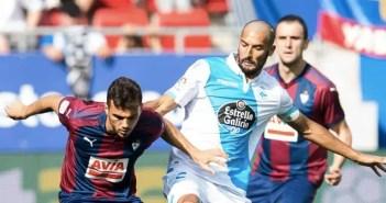 Borges lucha por un balón en el partido entre Eibar y Deportivo