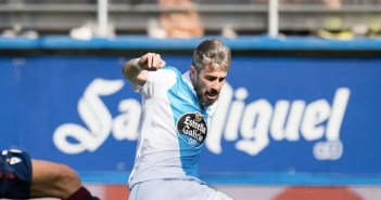 Luisinho golpea un balón en el encuentro entre Eibar y Deportivo