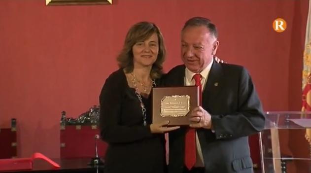 El metge alzireny Pepe Ferrando rep un reconeixement per part de l'Ajuntament d'Alzira