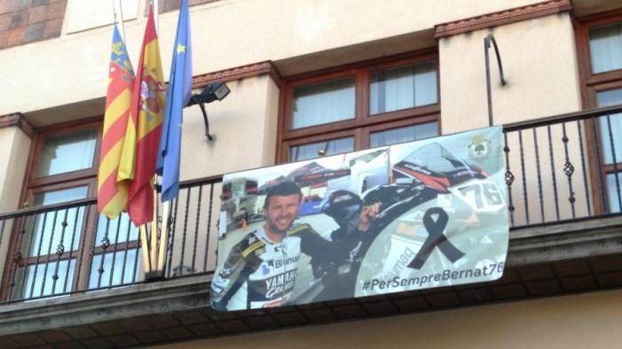 Minuto de silencio, como señal de duelo por el trágico fallecimiento del piloto alberiquense Bernat Martínez.