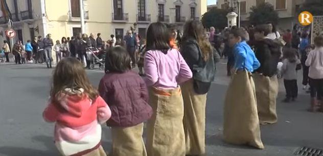 """Els xiquets d'Alginet celebren el dia del rotllo jugant """"com feien els nostres iaios"""""""
