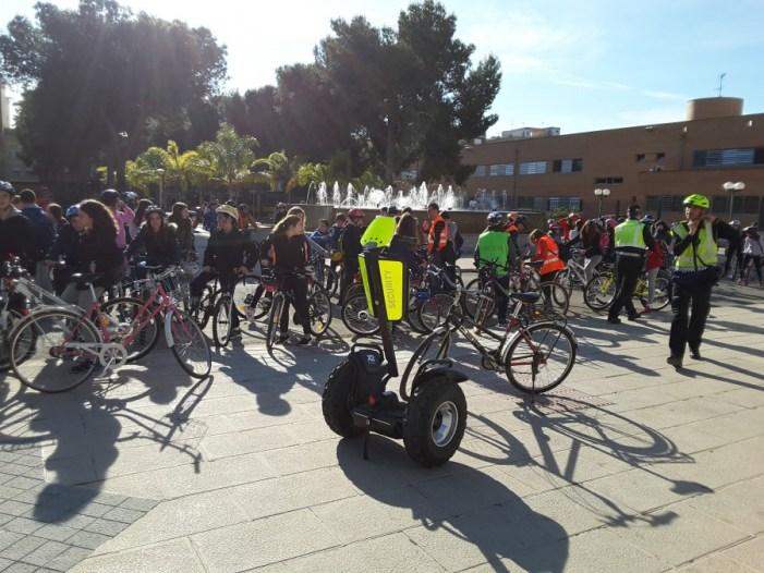 Prop de tres-cents escolars d'Almussafes celebren la pasqua amb una ruta cicloturista