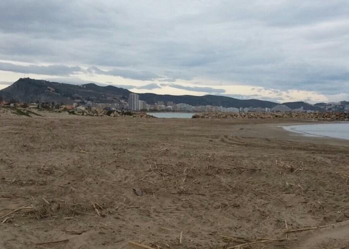 Cullera retira de les platges 420 camions amb residus de la riuada