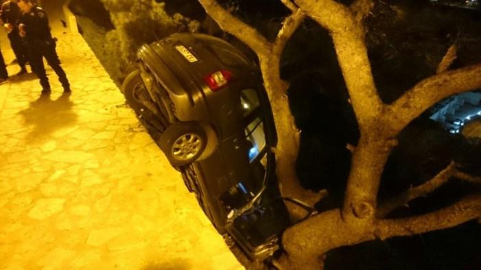 Un arbre evita que un cotxe caiga al buit en el Castell de Cullera