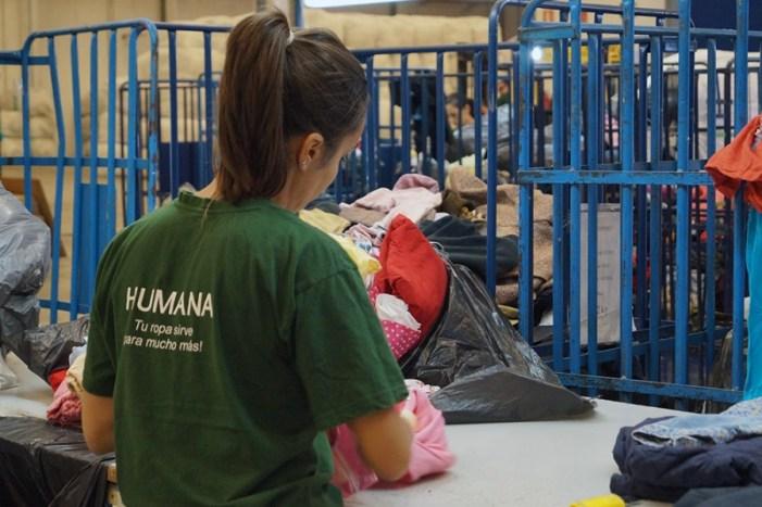 Benimodo diposita dues tones de tèxtil usat als contenidors d'Humana per a donar-les una finalitat social