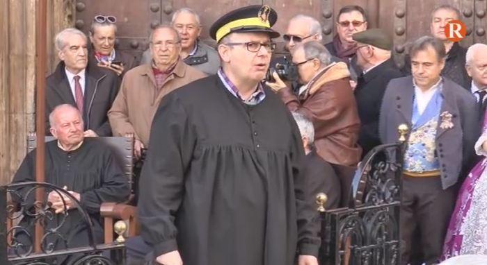 Com cada dijous, el Tribunal de les Aigües s'ha reunit a la Porta dels Apòstols de la Catedral