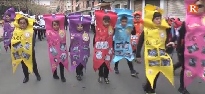 Diversió i crítica en la tradicional cavalcada multicolor d'Alzira