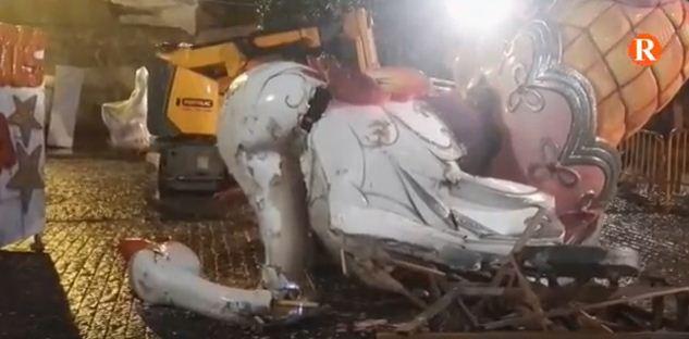 El monument de la Falla Verge de Sales afectat pel vent