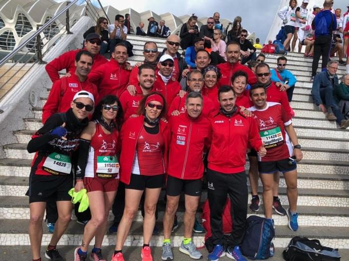 Un nodrit grup de corredors de Burjarunners, en la Mitja Marató de València
