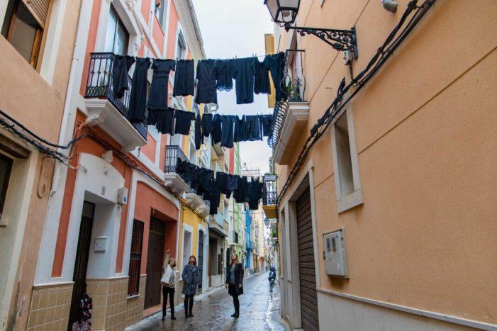 Roba negra penjada en els carrers de Cullera recorda a les víctimes de la violència masclista