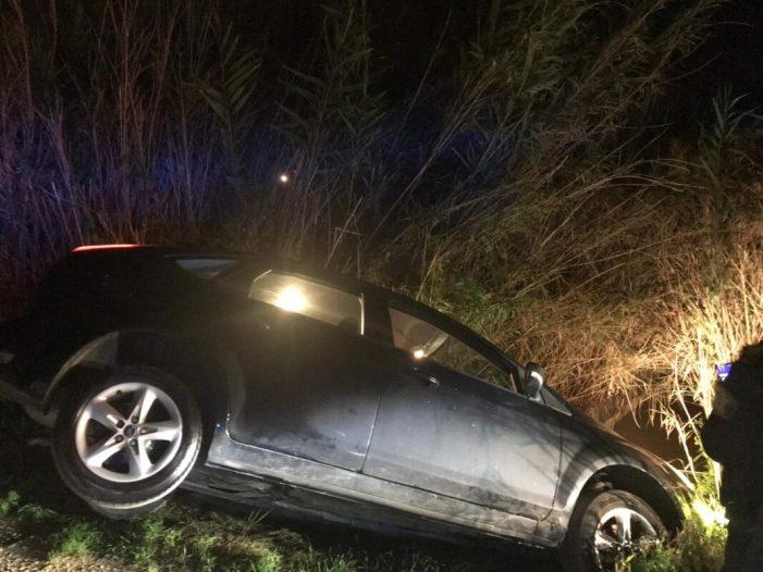 Rescaten un conductor que es va precipitar a una séquia amb el seu cotxe a Cullera