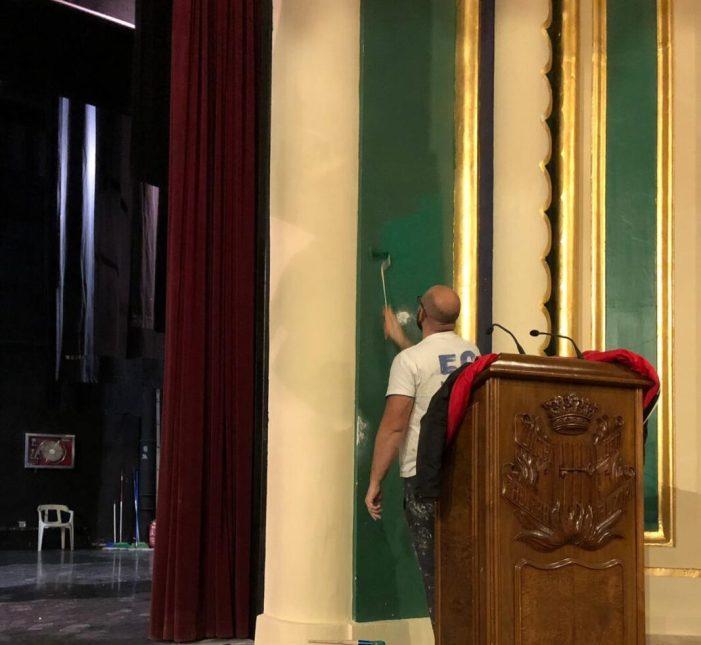 L'Ajuntament d'Alzira repara els desperfectes a la paret de l'escenari del Gran Teatre